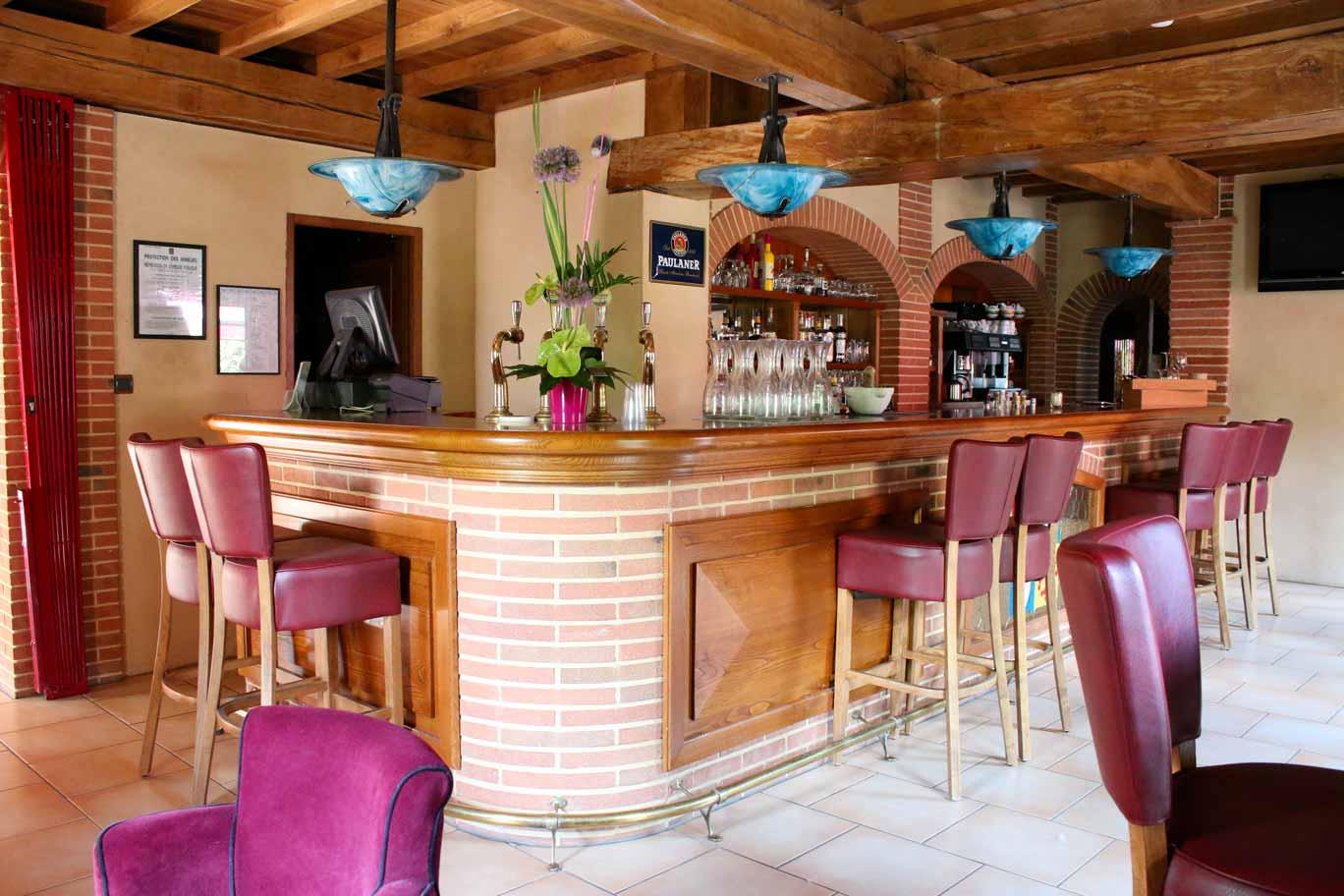 Bar avec chaises